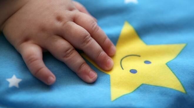 mano neonato bimbo auguri nascita